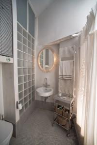 Il bagno con la parete in vetrocemento satinato per prendere luce dal cavedio