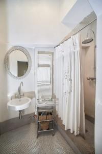 Il bagno con il pavimento in mosaico perlescente
