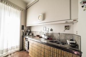 La cucina realizzata con un piano continuo sostenuto da una putrella.